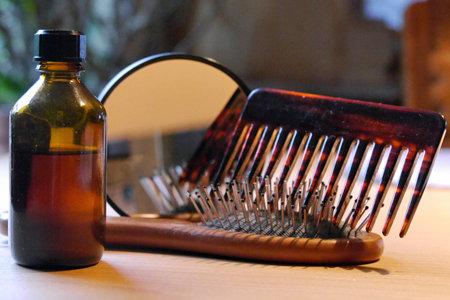 Tinktur, Olivenöl und Efeu lindern Schuppenflechte am Kopf