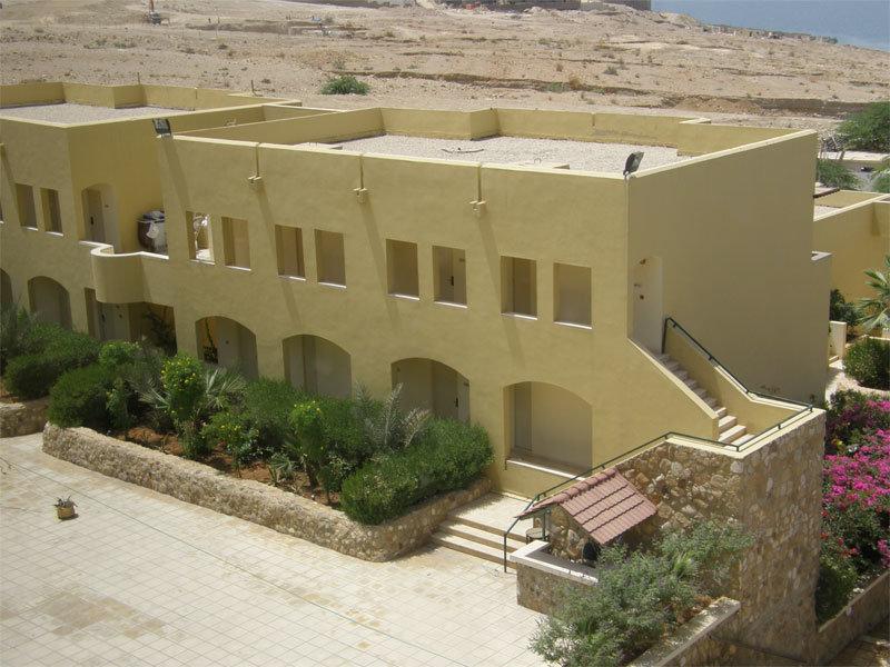 """Eines der """"Bettenhäuser"""" am Dead Sea Spa Hotel"""