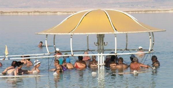 Schattenbaden am Strand vom Hotel Lot
