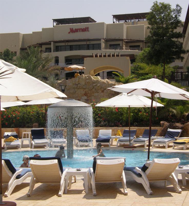 Blick von den Pools zum Haupthaus vom Hotel Marriott