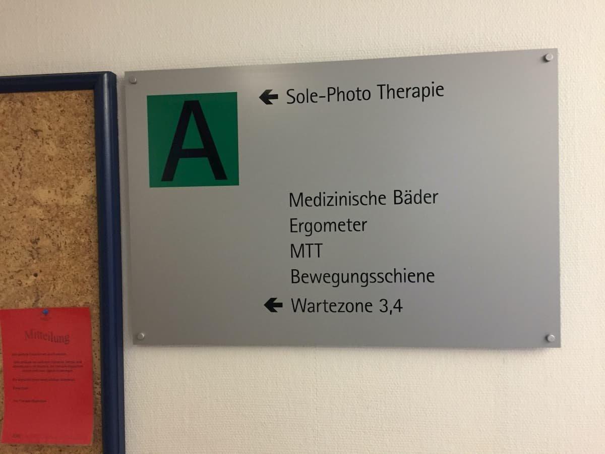 Hinweisschild zu den Therapieräumen